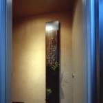 書家 綿貫宏介先生の看板に苔玉を添えたエレベーターホールのみちゆき