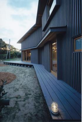 経年変化になじむようにグレー系自然塗料仕上げとした杉板外壁