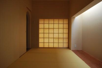 壁、天井、障子に手漉き和紙を張り廻した小間